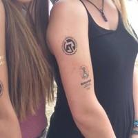 Ezoterikus tetoválással reklámozza magát az OBH a Szigeten