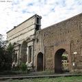 Porta Maggiore, avagy római városkapu, mint díszlet a villamosok mögött