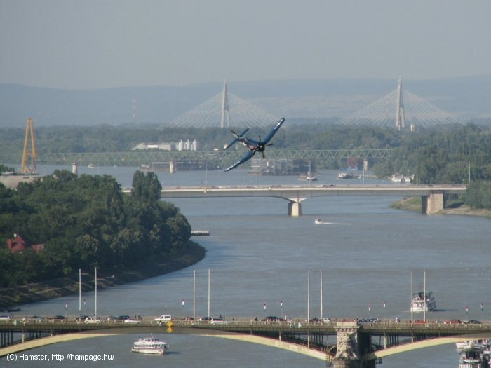 II. világháborús amerikai haditengerészeti vadászgép a Duna felett