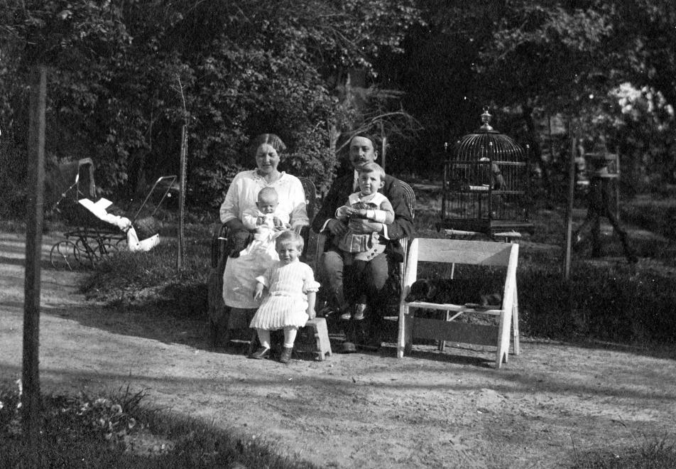 1914_kutya_szeken.jpg