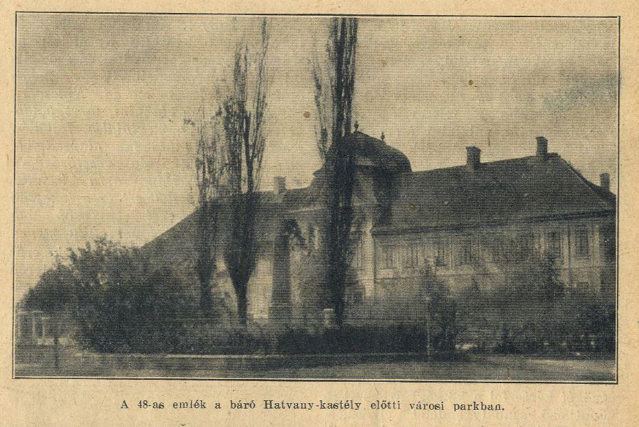 A Kastély másik látószögből. Az épületet 1867-től 1944-ig a Hatvany család birtokolta, újította fel és alakította át olyan formában, ahogy jelenleg is ismerhetjük, ezért évtizedekig Grassalkovich-Hatvany kastély néven volt közismert. Megérdemelné a család, ha a kettős megnevezés visszakerülne a köztudatba, nemcsak a kastély miatt.<br />A fénykép előterében az 1869-ben felavatott 1848-as emlékmű, két nyárfával kiegészítve, amelyeket ma már nem törnek az ég felé.