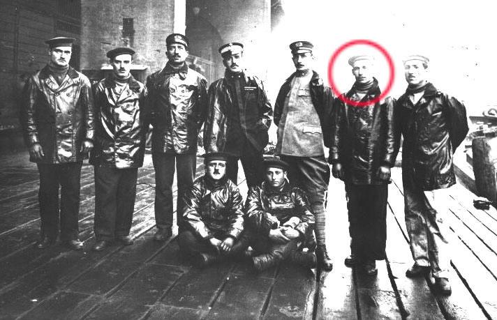 Az SMS Wien-t elsüllyesztő MAC-9 olasz tengeralattjáró-elhárító motorcsónak legénysége a támadás előtti napon (1917. december 9.)<br />Luigi Rizzo az álló sor középső tagja, NEM a karikás ember.<br />(forrás: http://digilander.libero.it)