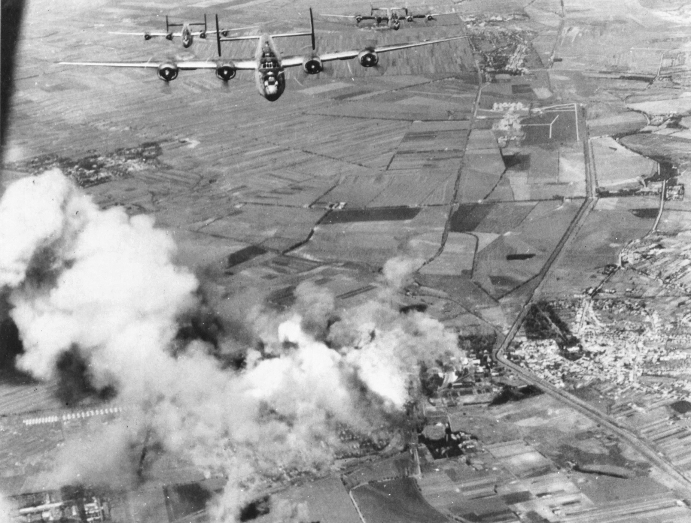 Amerikai bombázógépek éppen elhagyják Hatvan légterét. Jól látható a várost kettészelő Zagyva folyó szabályozott medre, amelytől nyugatra feküdt a vasútállomás, illetve Újhatvan területe. (USA NA / USAAF szabad hozzáférésű archívuma)