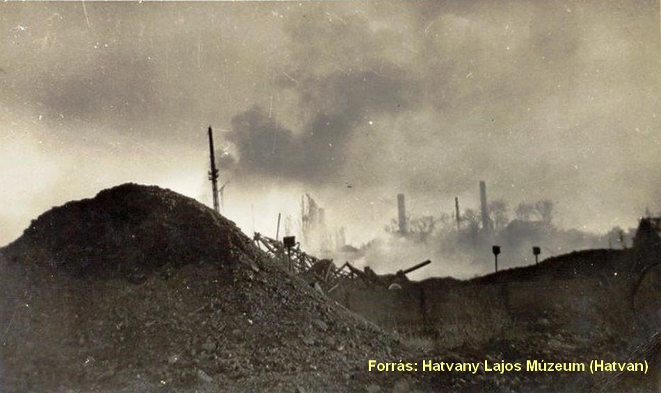 Az elpusztult hatvani pályaudvar lángokban.
