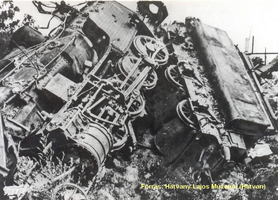 Mozdony és szénszállító párja a támadás után.