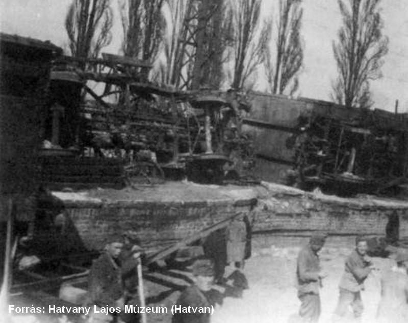 A helyreállítás kezdetei, a háttérben felfordult vasúti szerelvények.