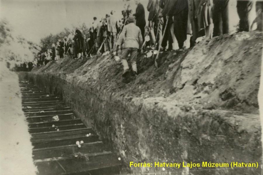 Az óhatvani temetőben létesített tömegsír, amelybe az azonosítatlan holttesteket és emberi maradványokat temették, 1944. szeptember 23-án. Sírjel nem mutatja helyét, így lokalizálása bizonytalan, de feltehetően a 2. parcella 10-14. sora körül található. Exhumálásra nem került sor, az 1950-es évek végétől folyamatosan rátemettek a feledésbe merülő tömegsírra.