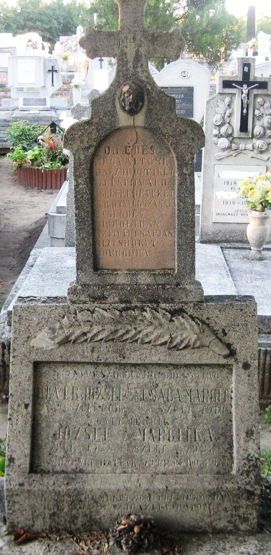 A bombázás során elhunyt Hevér-család sírja az óhatvani temető 2. parcellájában.
