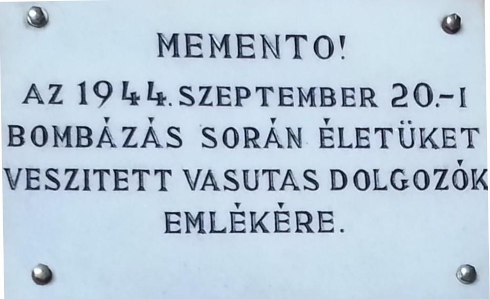 Emléktábla az 1956-ban átadott hatvani pályaudvaron.