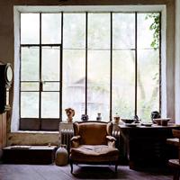 Gombhoz a kabátot: Aaron Hojman bohémtanyája