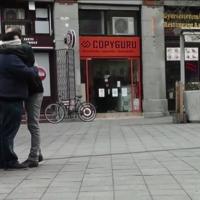Kiáll egy cigány férfi a Kálvin térre 'ölelj meg' felirattal, Budapest válaszol