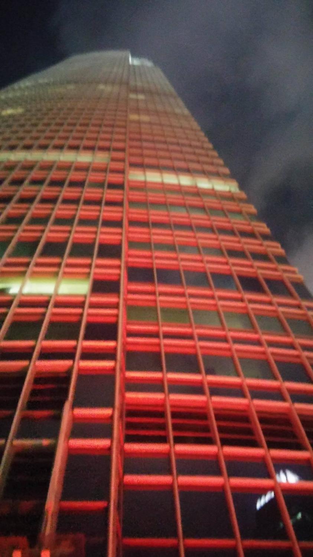 Ez a pénzügyi központ épülete. 108 emelet magas, a 4. emeleten van egy nyitott terasz tele bárokkal, és szuper kilátással a kikötőre. Épp egy magyar találkozó volt, a negyediken ülve fest így az épület, ha felnézek. - (Fotó: Pataki Niki)