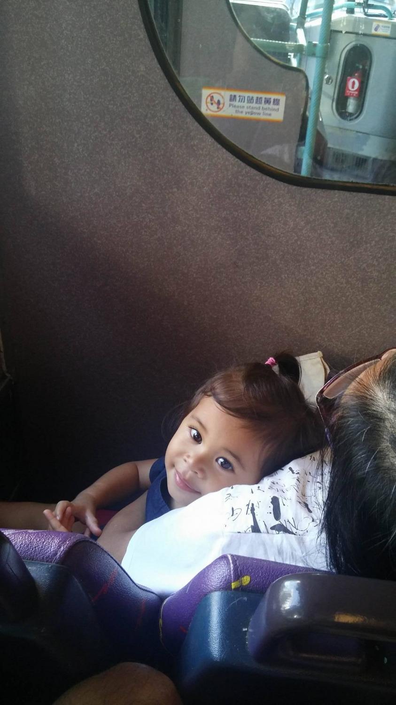 Egy aranyos kislány a buszon. Egész úton engem nézett és mosolygott. - (Fotó: Pataki Niki)
