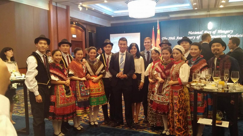 Az október 23-i megemlékezés tiszteletére eljött egy néptánccsoport, akik csárdást jártak. A csoportban mindenki kínai, de ismerik az összes hagyományos magyar táncot, fellépésekre járnak vele Ázsia szerte. - (Fotó: Pataki Niki)