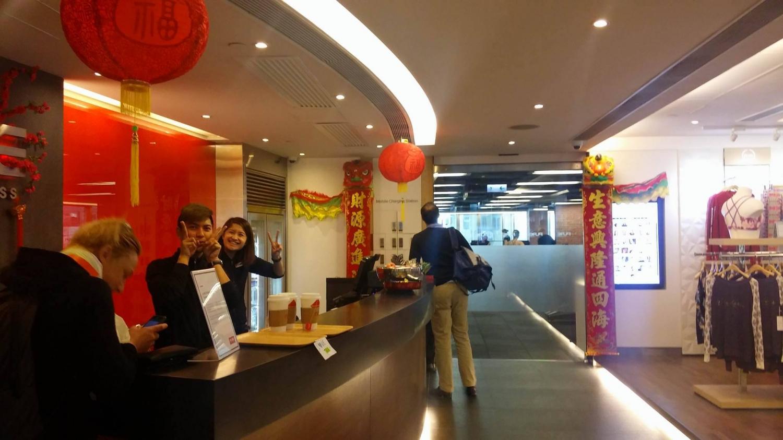 Életkép a konditeremben kínai újév idején. Mindig kedves és barátságos munkatársak. - (Fotó: Pataki Niki)