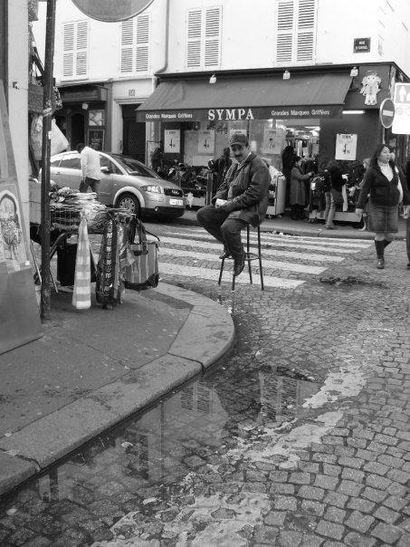 Egy árus a bazársoron közvetlenül a Sacre Coeur alatt. A Montmartre-nak van egy keleties, szemetesebb és zsúfoltabb arca is. - (Fotó: Szerencsés Hella)