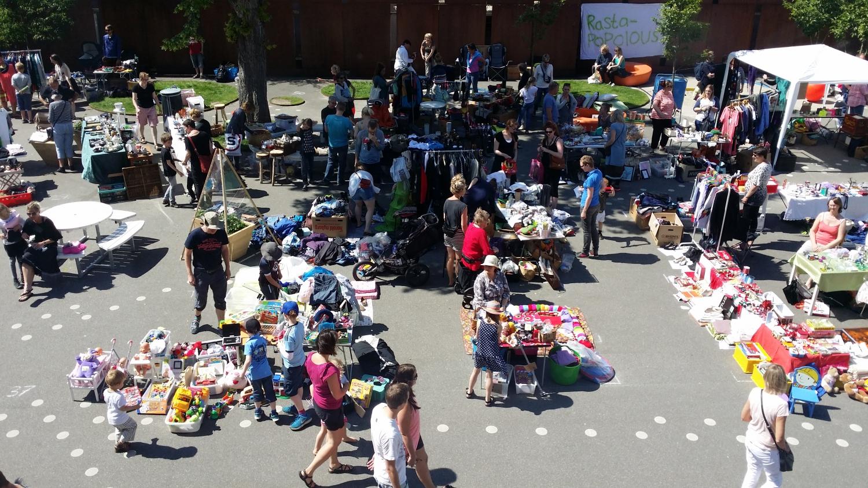Hétvégi bolhapiac a Nicolai kulturális központ udvarán. Az ilyen adok-veszek cserebere nagyon népszerű Koldingban – ezért nem véletlen, hogy minden héten szerveznek legalább egyet valahol környéken. - (Fotó: Könyves Viki)