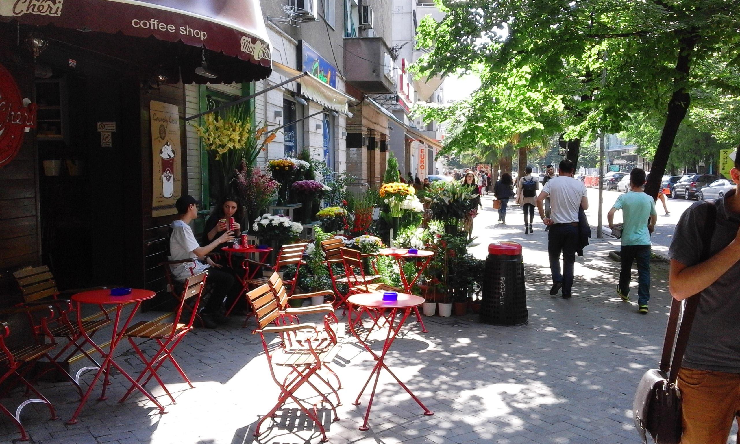 Szépen megfér a kávézó a virágbolt szomszédságában, a kávé illata keveredik a virágokéval. (Fotó: Jani haverja)