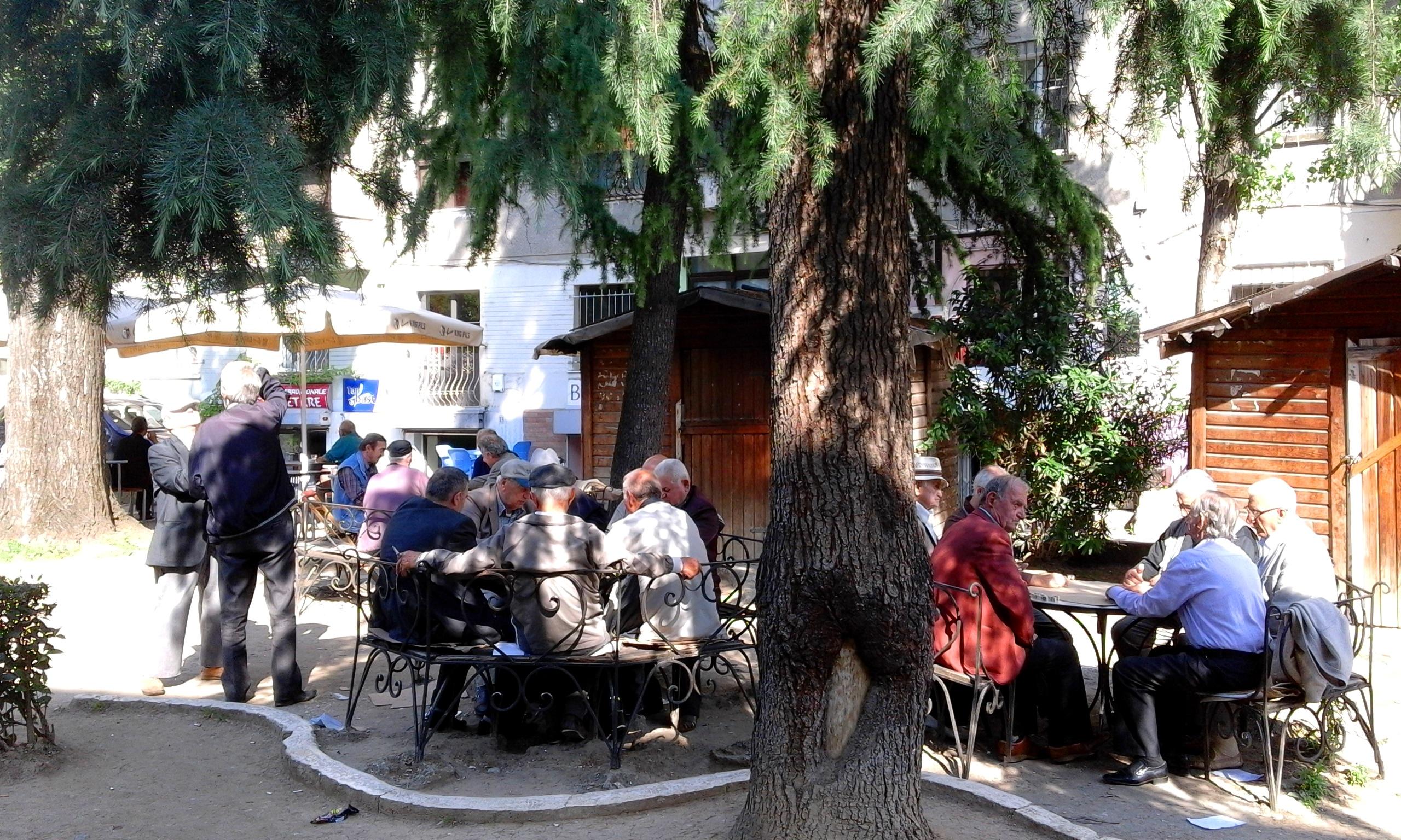 Közösségi élet a parkokban. Az idősek dominóznak, sakkoznak és kártyáznak. (Fotó: Jani haverja)