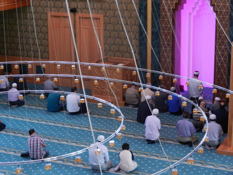 Törökország iszlám vallású, amely előírja a napi ötszöri imát. Péntekenként van a közös ima, amikor azok is elmennek a mecsetbe, akik hét közben csak otthon imádkoznak. - (Fotó: Orosz Joli)