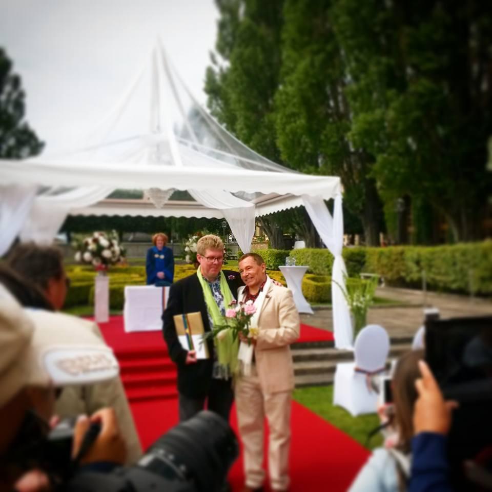 Friss házasok. A stockholmi'meleg hét' hétvégéje alatt rengeteg azonos nemű pár kötött házasságot a városháza teraszán. Svédország híres az egyenlőséget hirdető politikájáról, szinte minden nagyobb városnak van saját melegfelvonulása. (2015. nyár) - (Fotó: Szabó Vivien)