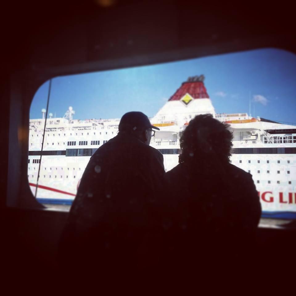 Svéd nyugdíjas pár szemléli a Finnországba tartó több emeletes úszó komplexumot egy kirándulóhajó fedélzetéről. (2015. nyár) - (Fotó: Szabó Vivien)