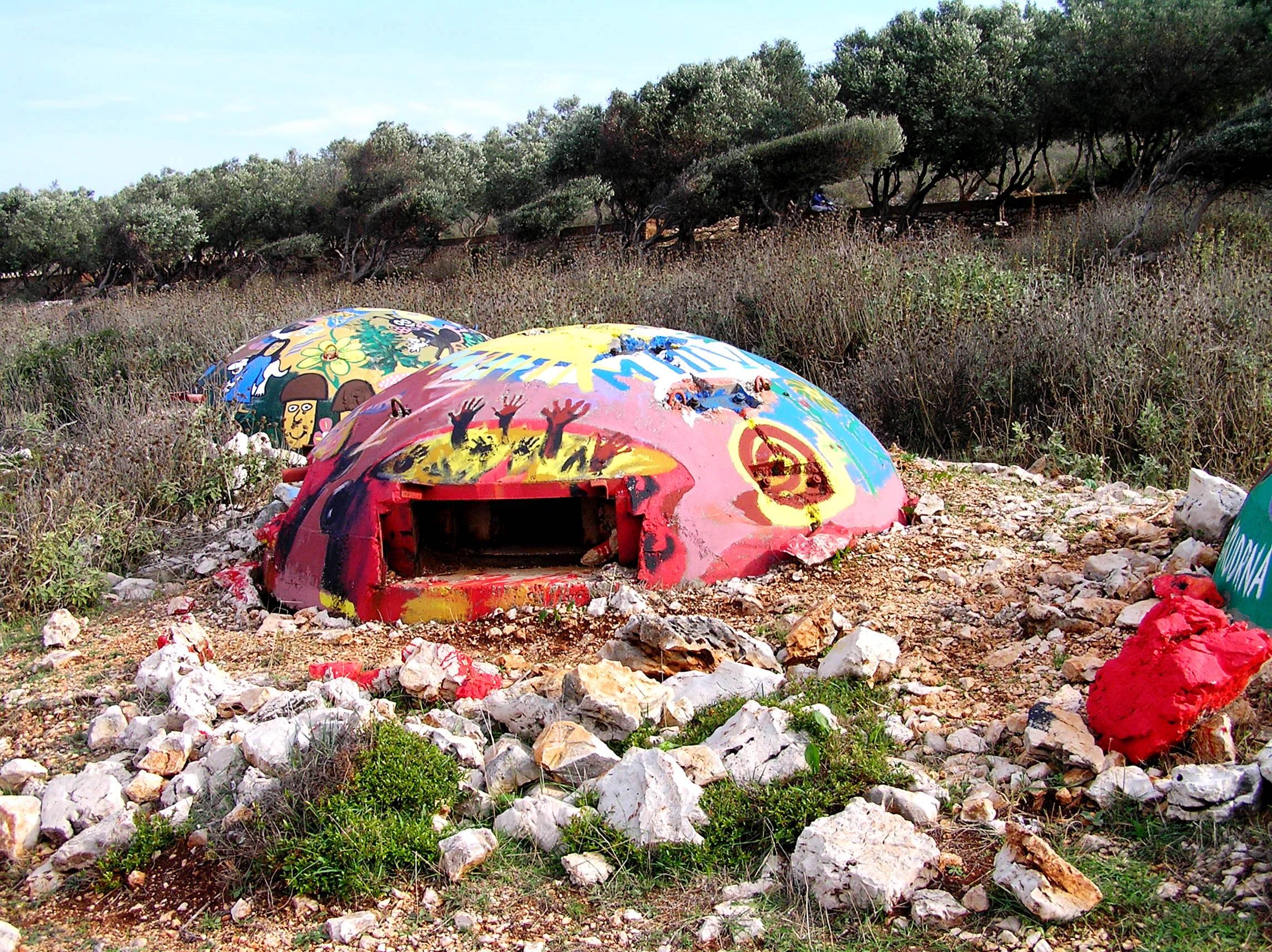 A bunkerek – már ami maradt belőlük – egy része színes (Fotó: Jani haverja)
