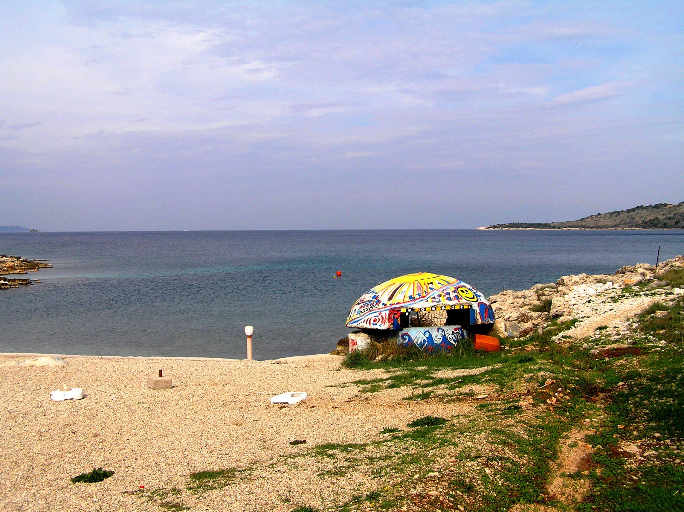 Bunker a Jón-tenger partján 2005-ben. Ma már a strandokon nemigen találni ilyet, a turisták védelmében jó részüket lebontották. (Fotó: Jani haverja)