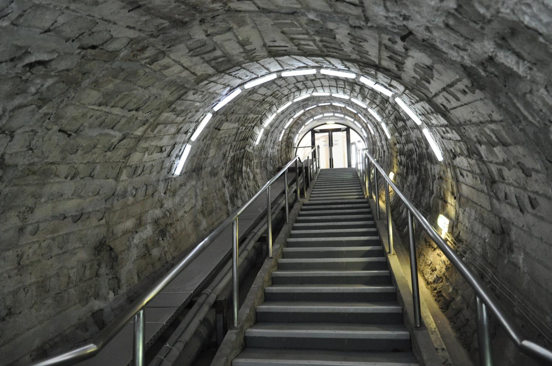 Lépcsők vezetnek le (Fotó: Ananie Hirișcău)