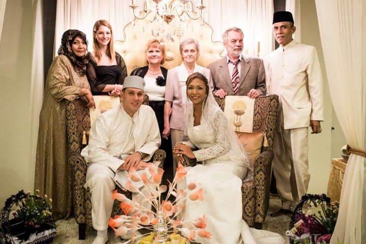 Esküvői családi fotónk balról jobbra: anyósom, húgom, anyu, keresztanyám, keresztapám, feleségem nevelő apja