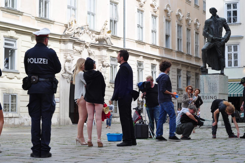 Filmforgatás – Forgatás Bécs történelmi központjában. Nincs lezárva az utca, lehet bámészkodni, lezserül kezelik a helyzetet. Itt éppen forgatási szünet volt, csak a rendőr állt rendületlenül a tőle elvárt pózban. (történelmi központ, Bécs) - (Fotó: Laslavic Tímea)