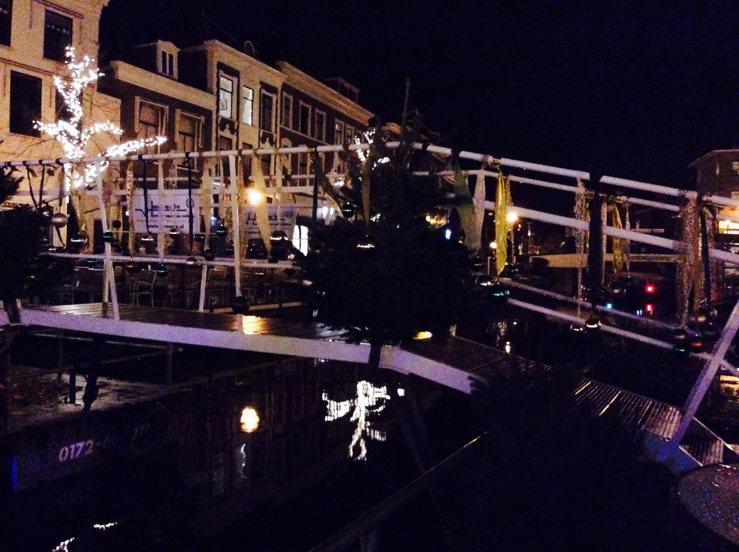 Úszó karácsonyi vásár a hollandiai Leidenben (Fotó: Békési Barbara)