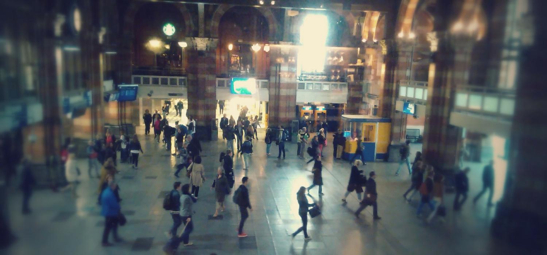 Munkába igyekvő emberek az amszterdami pályaudvaron. - (Fotó: Békési Barbara)