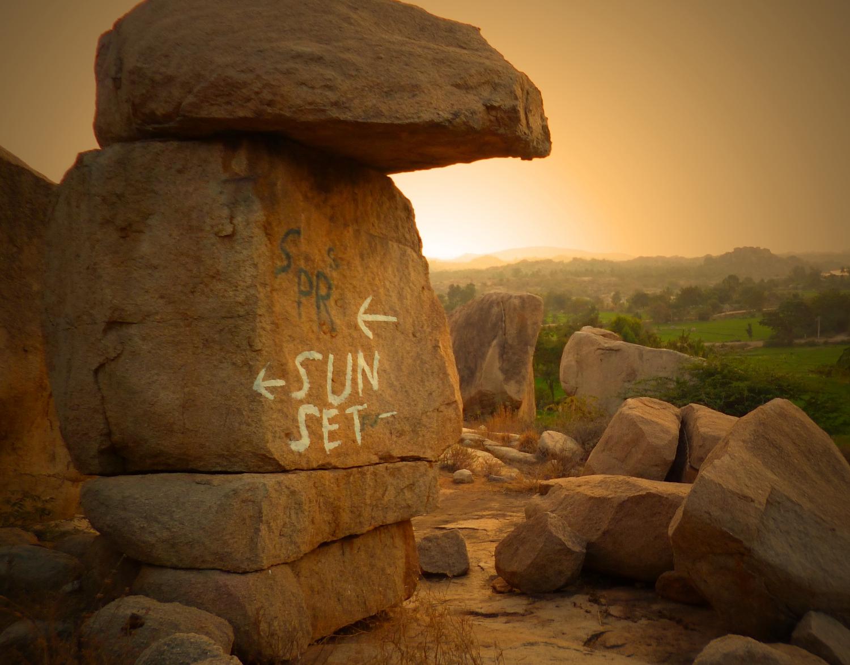A tökéletes naplementéhez vezető út Hampiban. Hampi egy ősi romváros Dél-Indiában, mely egyszerre hindu és hippi zarándokhely, régészeti paradicsom (a Vidzsanajagar Birodalom fővárosa volt közel két évszázadon át). - (Fotó: Szabó Rolasd)