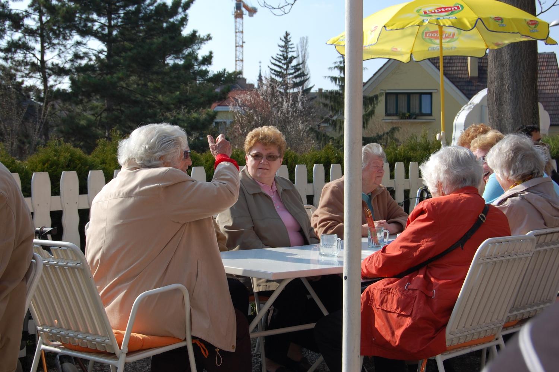 Nyugdíjasok – Mivel jellemzően nem gond a napi betevő falat és általában a megélhetés, Ausztriában a nyugdíjasok nem a házban kuksolnak a televízió előtt, hanem rendszeresen kiülnek a teraszokra, sétálnak a parkokban, eljárnak koncertekre és élvezik a nyugdíjas éveiket. (fagyizó, Schwechat) - (Fotó: Laslavic Tímea)