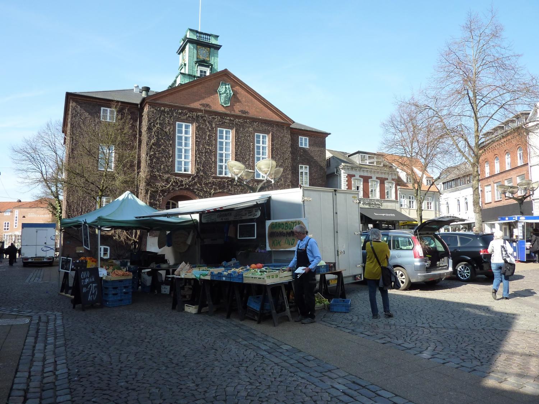 Szombati piac az Akseltorv téren – ilyenkor lehet a legfrissebb gyümölcsöket, zöldségeket és húsokat beszerezni a városban. Egyébként a tér fontos szerepet tölt be a helyiek életében, mivel különböző rendezvények és fesztiválok sorozatának ad helyet rendszeresen. - (Fotó: Könyves Viki)