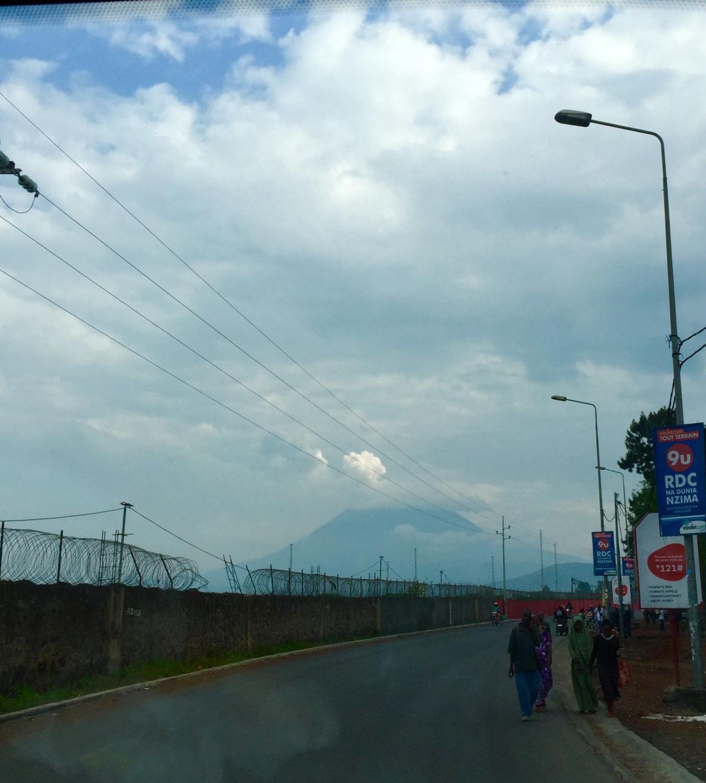 A reptérre vezető út, a háttérben a Nyiragongo vulkán (Goma, Kongói DK)