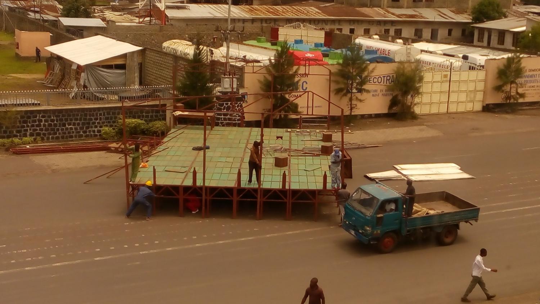 Építik a színpadot a házunk előtt (Goma, Kongói DK)