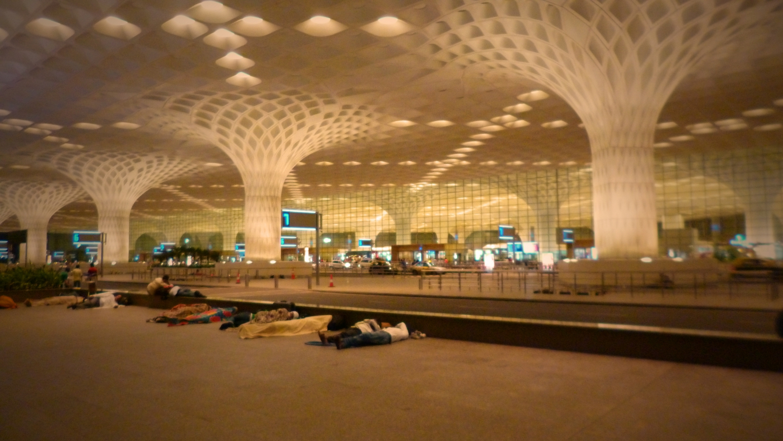 A Mumbai Nemzetközi Repülőtéren utasok várakoznak békésen, álomba szenderülve. - (Fotó: Szabó Rolasd)