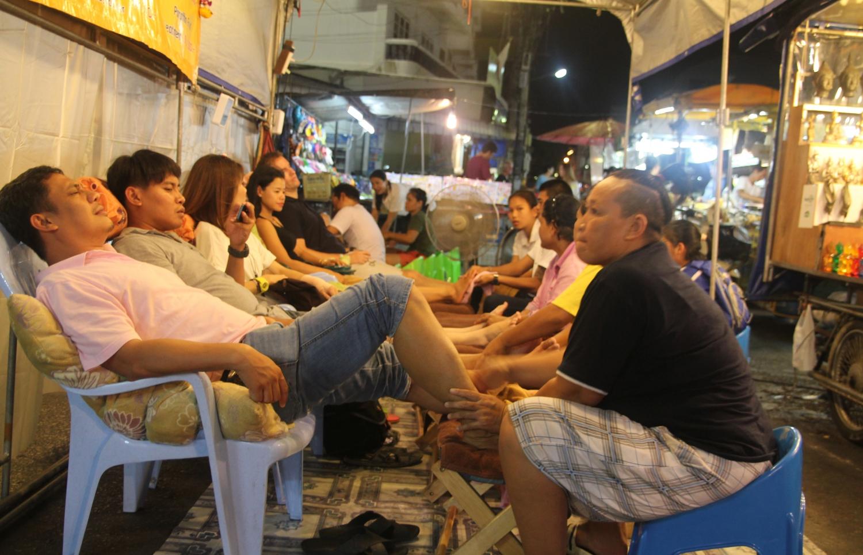 A híres thai lábmasszázs nem csak szalonokban elérhető: esténként megtelnek az éjszakai piacokon a masszázsstandok. - (Fotó: The Epic Gust)