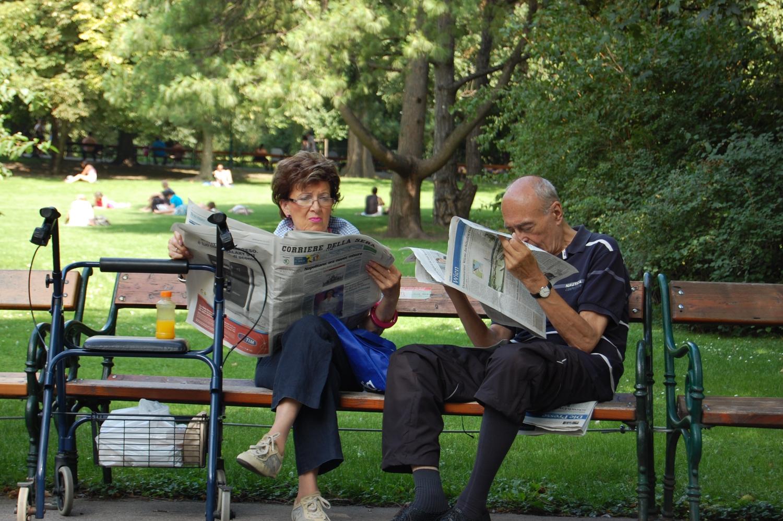 Újság – A parkokban, de főleg a kávézókban sűrűn látni még olyanokat, akik nyomtatott újságot olvasnak. És ha valakinek valamilyen mozgáskorlátozottsága van: Bécs erősen akadálymentesített, a közlekedés tehát nem jelent különösebb gondot. (park, Bécs) - (Fotó: Laslavic Tímea)