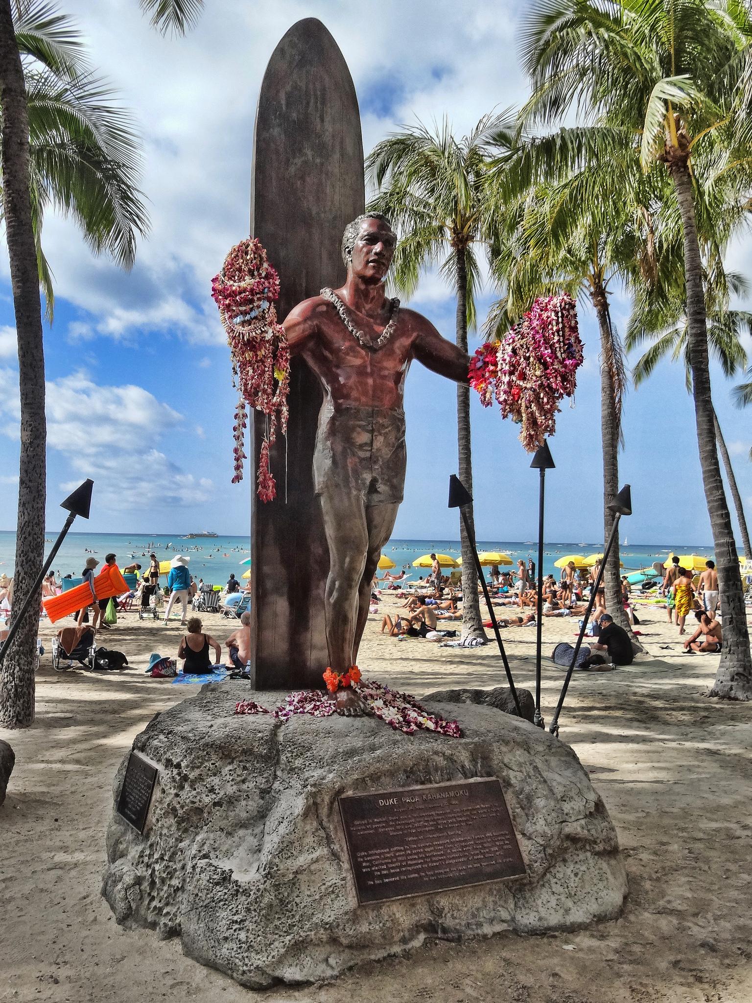 Hawaii virágfűzérekkel díszített Duke-szobor Waikikiben (Fotó: Flickr/Terence Faircloth)