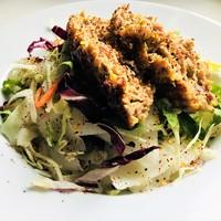 Cukkinis egybefasírt jégcsapretek salátaágyon