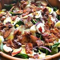 Spenót saláta meleg mézes-baconös öntettel