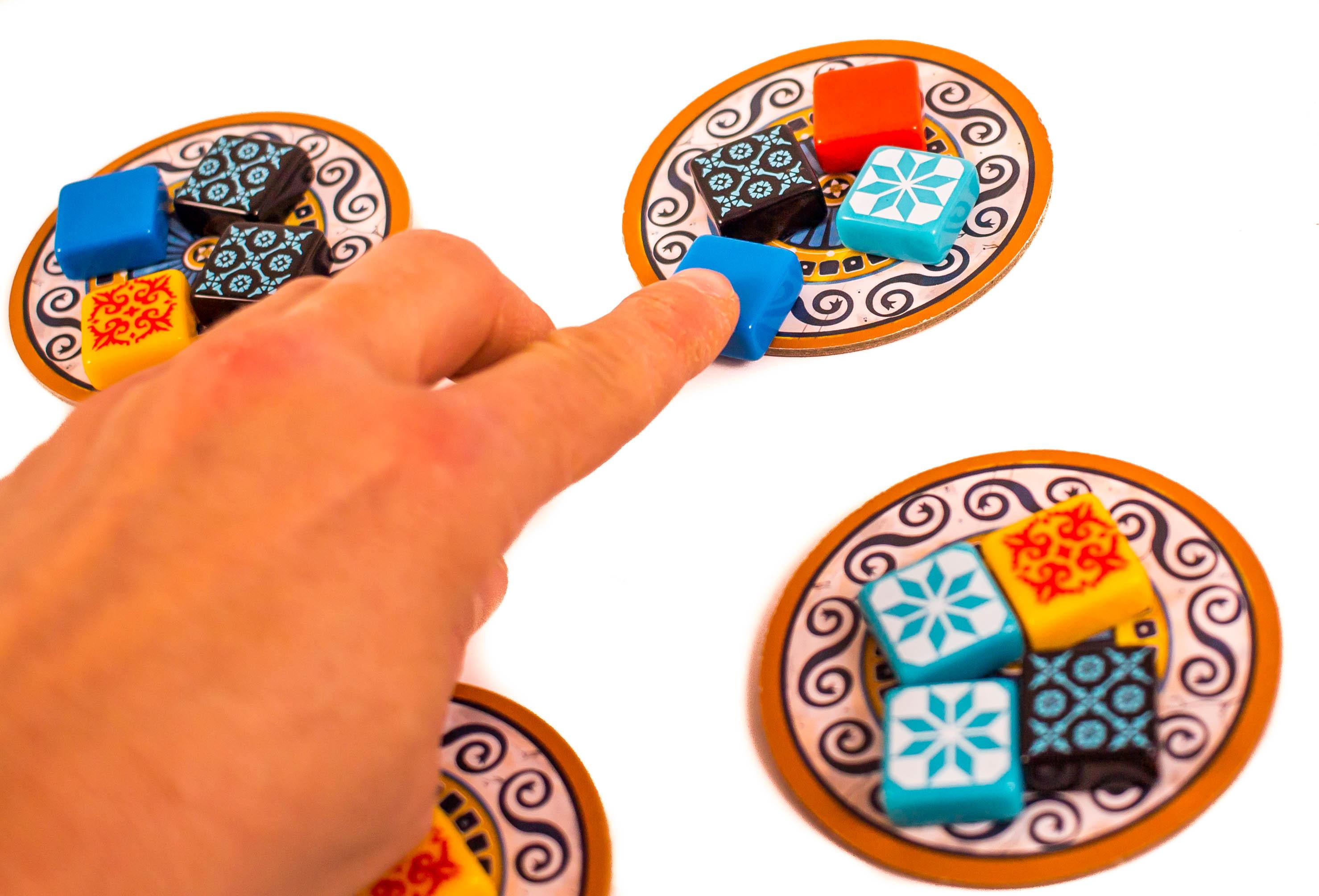 Érdemes átgondoltan indítani a gyűjtögetést, hiszen a lapkákról felvett kövekkel elérhetjük, hogy bizonyos színből az asztalon több gyűljön össze.