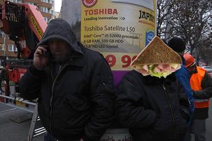 Szendvicsemberekkel pótólja Simicska a hirdetőtáblákat