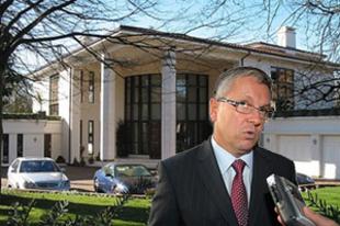 Matolcsy tagadja, hogy ő rabolta ki Ecclestone-ékat