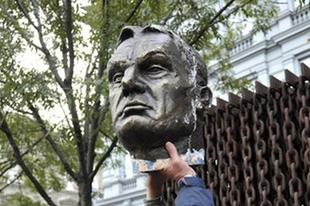 Fémtolvajok döntöttek le egy Orbán Viktorra hasonlító szobrot