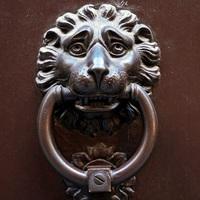 Leó, a szomorú ajtókopogtató