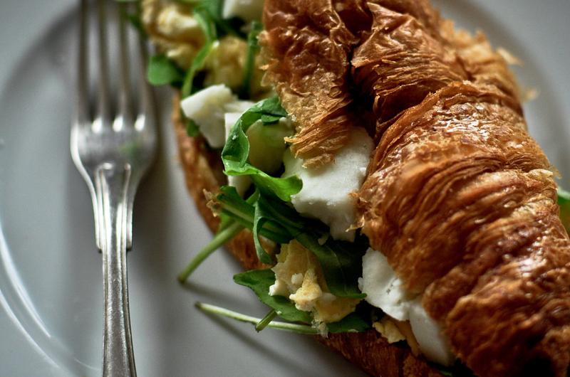 Croissant, kecskesajtos rántottával